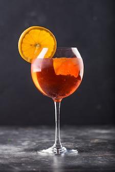 Erfrischender alkoholcocktail im glas auf dem tisch