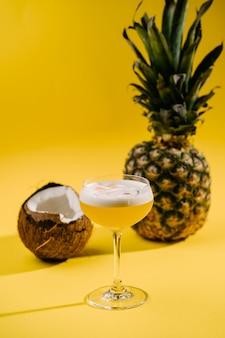 Erfrischender alkoholcocktail mit kokosnuss und ananas