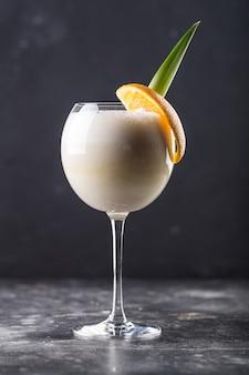 Erfrischender alkoholcocktail pina colada in glas auf tisch gestellt