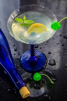 Erfrischender alkoholischer cocktail in einem glas mit einer kirsche