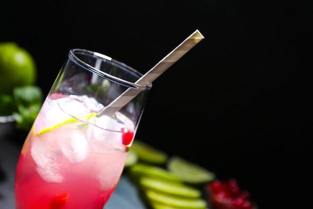 Erfrischender cocktail mit cranberry auf dunklem tisch