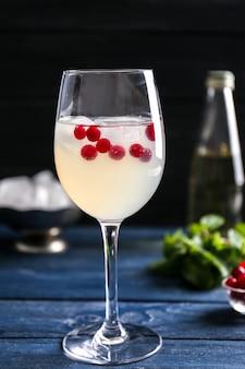 Erfrischender cocktail mit cranberry auf holztisch