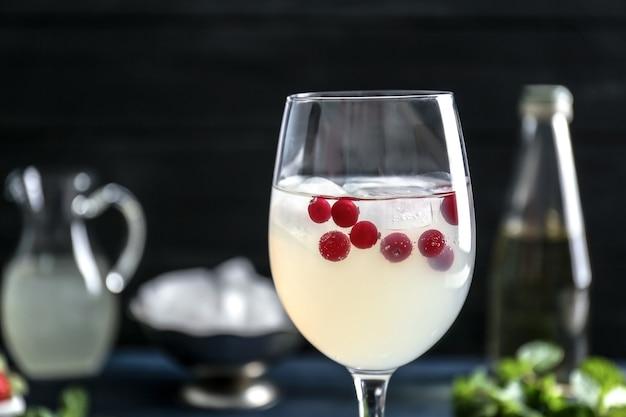 Erfrischender cocktail mit cranberry, nahaufnahme