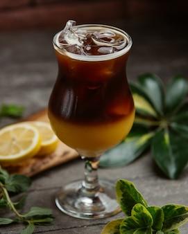 Erfrischender cocktail mit eiswürfeln