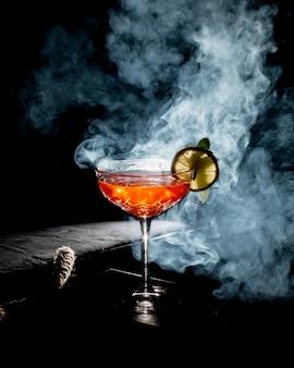 Erfrischender cocktail mit zitronenscheibe dekoriert