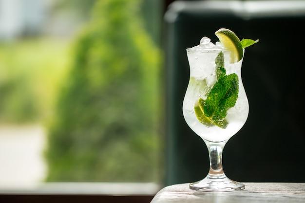 Erfrischender kühler mojito-cocktail mit eis und minze