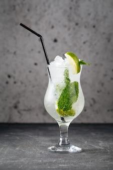 Erfrischender kühler mojito-cocktail mit minzblättern