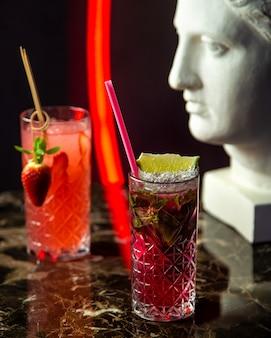 Erfrischender mojito-cocktail von der seitenansicht mit erdbeercocktail
