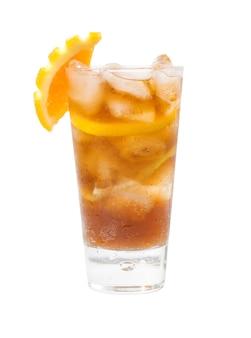 Erfrischender orange cocktail lokalisiert auf weißem hintergrund, beschneidungspfad