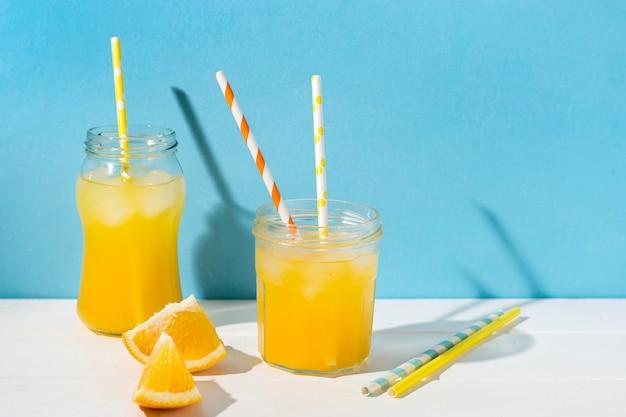 Erfrischender orangensaft zum servieren