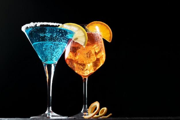 Erfrischender sommergetränk blue lagoon cocktail und aperol spritz