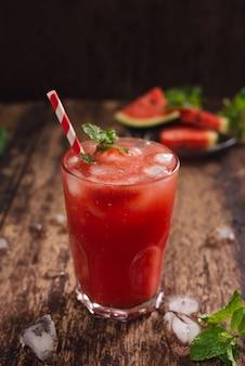 Erfrischender sommerwassermelonensaft in gläsern mit wassermelonenscheiben