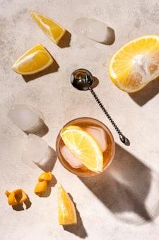 Erfrischendes alkoholisches getränk der draufsicht mit eiswürfeln