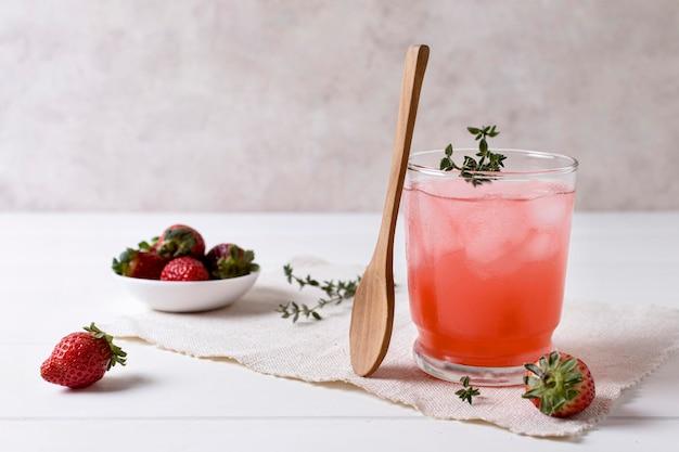 Erfrischendes alkoholisches getränk mit erdbeere