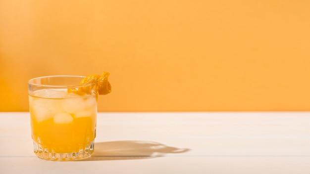 Erfrischendes alkoholisches getränk mit kopierraum
