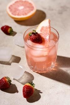 Erfrischendes alkoholisches getränk zum servieren