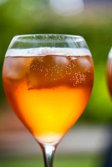 Erfrischendes aperitifgetränk für den sommer aperol spritz