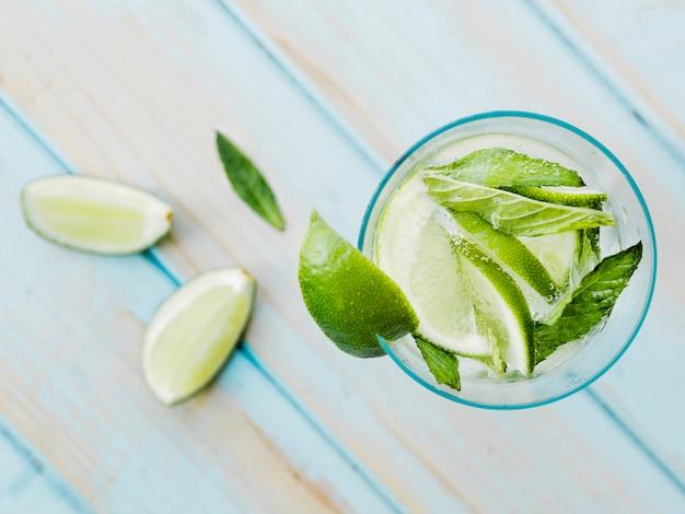 Erfrischendes cocktail mit limette und minze