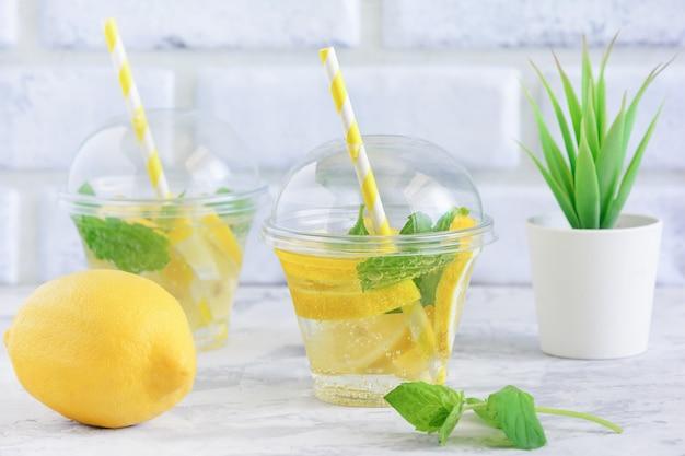 Erfrischendes detox lemon mint infundiertes freches wasser