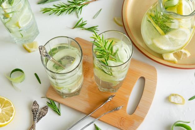 Erfrischendes eisgetränk mit zitrone und frischem rosmarin