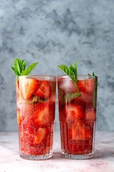Erfrischendes erdbeergetränk mit erdbeere und minze. leckeres hausgemachtes sommergetränk.