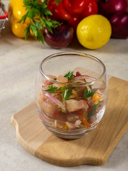 Erfrischendes gericht mit in zitronensaft mariniertem fisch. diät und gesundes lebensmittelkonzept.