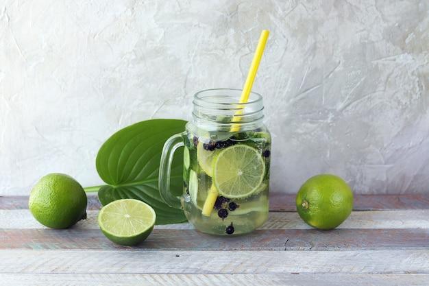 Erfrischendes getränk aus bio-früchten, beeren und gurken, minzblätter in glasbechern