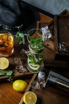 Erfrischendes getränk mit kräutern und zitronenscheibe