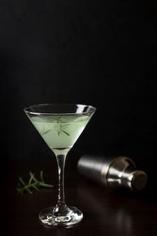Erfrischendes glas cocktail mit rosmarin