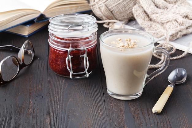 Erfrischendes haferflockengetränk für gesundes essen und diätkonzept, veganes essen