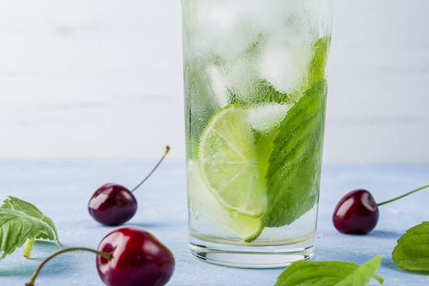 Erfrischendes kühles entgiftungsgetränk mit limette und minze