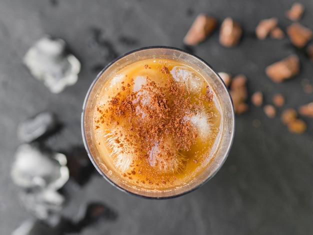 Erfrischendes kühles getränk mit kakaopulver