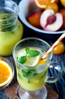 Erfrischendes limonadengetränk und reife früchte