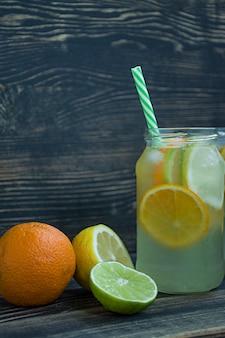 Erfrischendes sommergetränk aus zitrusfrüchten
