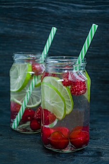 Erfrischendes sommergetränk mit früchten.