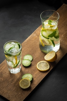 Erfrischendes sommergetränk mit zitrone, ingwer, frischer gurke und minze