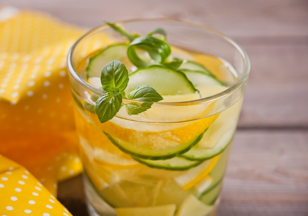 Erfrischendes sommergetränk mit zitrone, ingwer, frischer gurke und minze.
