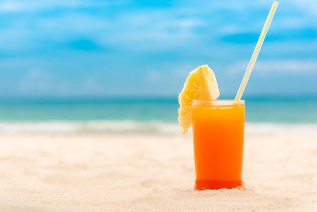 Erfrischendes tropisches fruchtsaftgetränk am sommerstrand