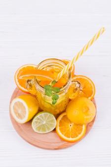 Erfrischendes zitrusgetränk und obst