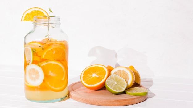 Erfrischendes zitrusgetränk