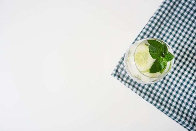 Erfrischungsgetränk auf tischdecke