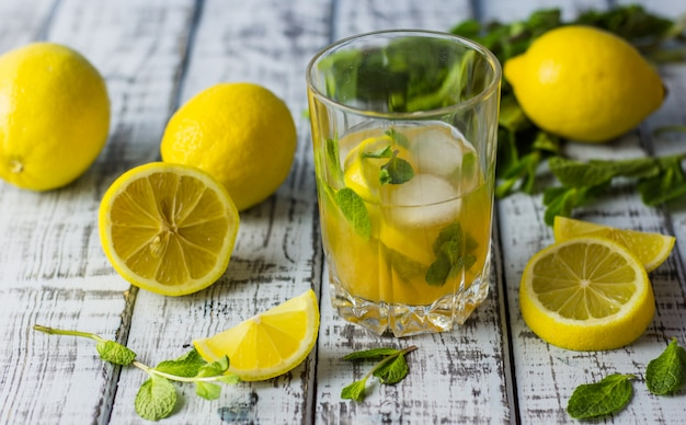 Erfrischungsgetränk des sommers in einem glas.