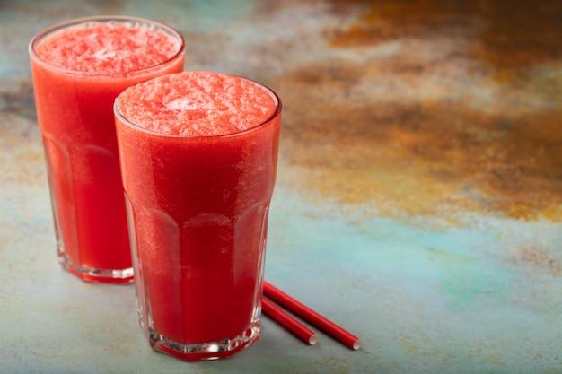 Erfrischungsgetränk des wassermelonen-slushie-sommers in hohen gläsern.
