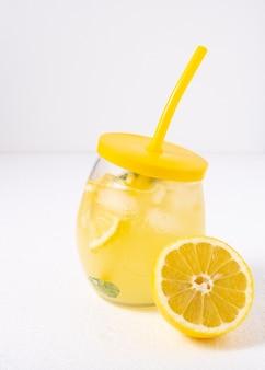 Erfrischungsgetränk mit eis. limonade mit minze