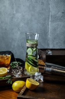 Erfrischungsgetränk mit gurken- und zitronenscheiben