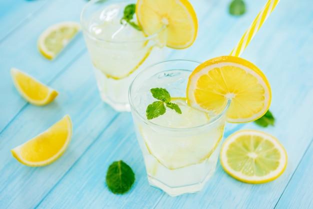 Erfrischungsgetränke für den sommer, kalter limonadensaft mit frischen zitronenscheiben
