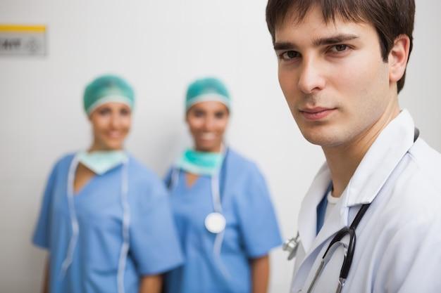 Erfüllter doktor mit zwei krankenschwestern