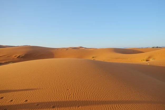 Erg chebbi-sanddünen gegen klaren blauen himmel in sahara-wüste
