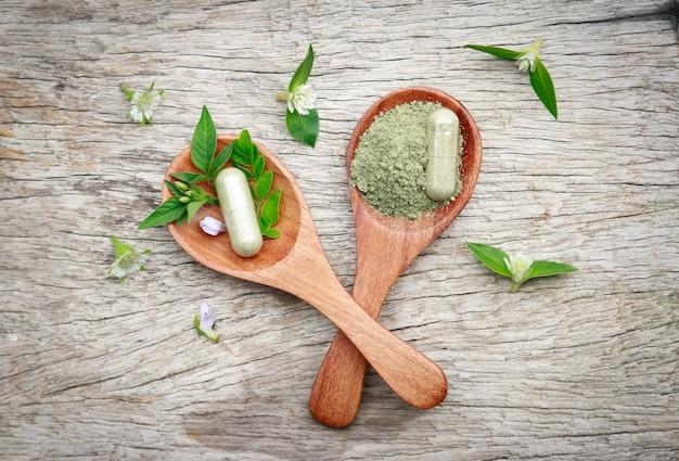 Ergänzung kapseln aus bio-kräuter für gesunde ernährung