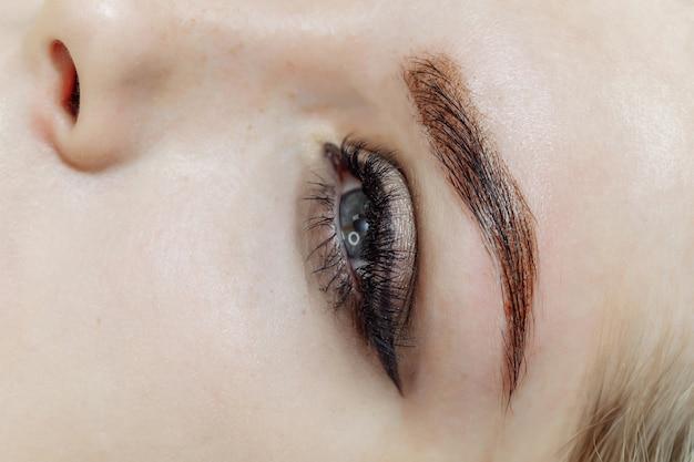 Ergebnis von permanent make-up, tätowierung der augenbrauen im schönheitssalon